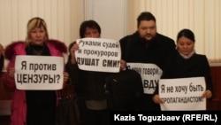 Акция протеста журналистов закрытой по решению суда газеты «Голос Республики».