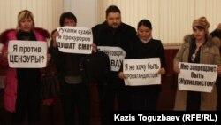Журналисты газеты «Голос Республики» проводят акцию протеста в фойе Алматинского городского суда. 22 февраля 2013 года.