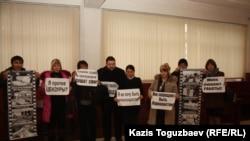 Журналисты закрытой судом газеты «Республика» проводят акцию в фойе Алматинского городского суда. Алматы, 22 февраля 2013 года.