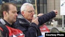 Джо Хиггинc Еуропарламент депутаты кезінде адам құқықтарын қорғау акциясында сөйлеп тұр. Алматы, 26 қазан 2010 жыл.