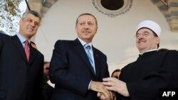 Naim Tërnava me kryeministrin e Turqisë Erdogan (në mes) dhe kryeministrin e Kosovës Thaçi