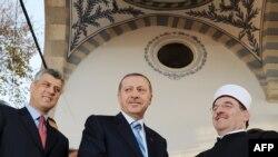 Hašim Tači, tadašnji premijer Kosova, turski predsjednik Redžep Tajib Erdogan i predsjednik Islamske zajednice Kosova, muftija Naim Ternava na ceremoniji otvaranja obnovljene Velike džamije u Prištini, novembar 2010.