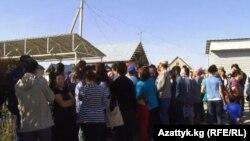 Сайлау учаскесіне парламент сайлауына дауыс беруге келген адамдар. Қырғызстан. 4 қазан 2015 жыл.