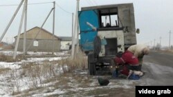 Рабочие компании, прокладывающей водопровод в селе Жалгамыс. Алматинская область, 25 декабря 2014 года.
