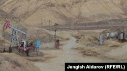 Кыргыз-тажик чек арасындагы Катта-Туз мунай кени. Архивдик сүрөт. 2013-жыл.