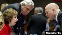 Верховный представитель ЕС по внешней политике Кэтрин Эштон беседует в кулуарах заседания с министром иностранных дел Великобритании Уильямом Хейгом