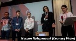 Максим Лебединский (второй справа) вместе со своей командой