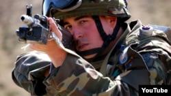 Ադրբեջանցի զինծառայողը զորավարժության ժամանակ, արխիվ