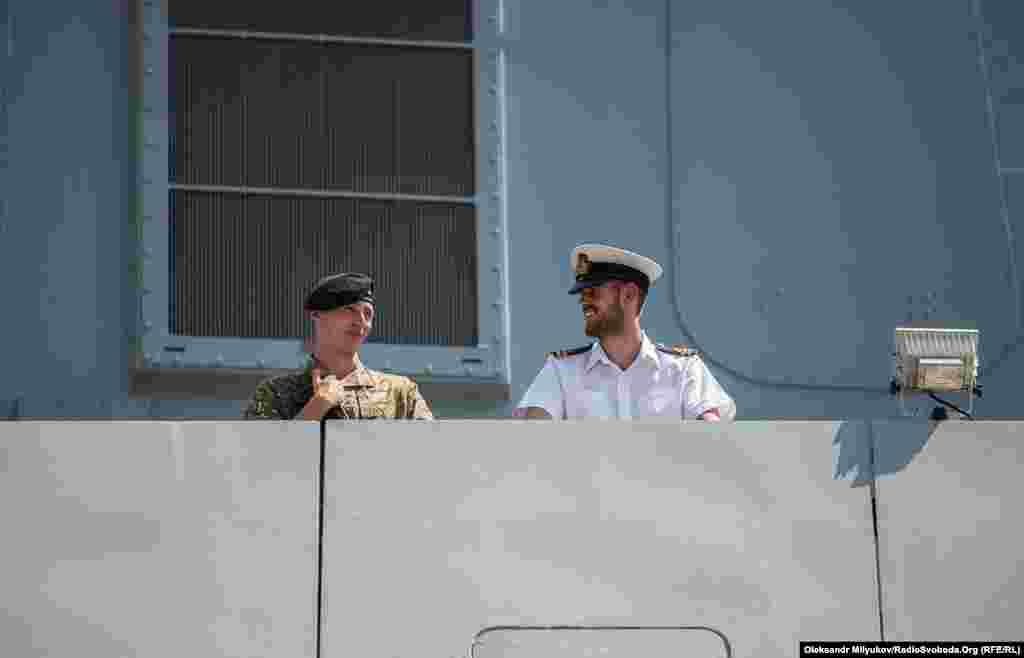Службовці британського флоту на палубі британського есмінця