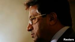 اتهامات آقای مشرف به سال ۲۰۰۷ و زمانی باز میگردد که او قضات عالی پاکستان را اخراج کرد و حکم به برقراری وضعیت اضطراری در کشور داد.