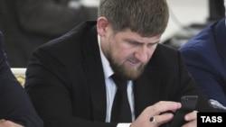 Шешенстан басшысы Рамзан Қадыров Кремльдегі Мемлекеттік кеңес жиынында мобильдік телефонынан қарап отыр. Мәскеу, 31 мамыр 2013 жыл.