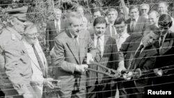 Министры иностранных дел Венгрии и Австрии символически разрезают колючую проволоку на границе между двумя странами. Июнь 1989.