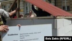 NGO performans o nelegalnoj gradnji ispred zgrade Sabora Hrvatske, 13. srpnja 2011