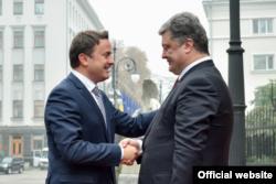 Президент України Петро Порошенко (праворуч) та прем'єр-міністр Люксембургу Ксав'є Бетель під час зустрічі у Києві. 22 жовтня 2015 року