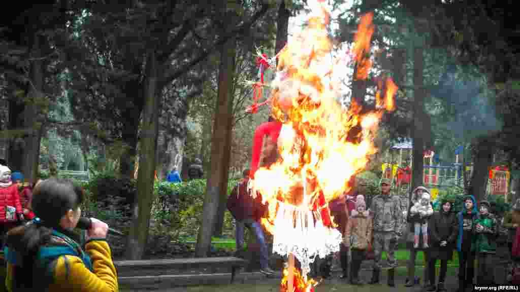 В Ялте на Масленицу сожгли чучело зимы