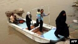 قارب يقل العابرين في منطقة الشواكة ببغداد