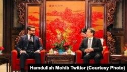 حمدالله محب مشاور امنیت ملی افغانستان (چپ) حین ملاقات با همتای چینی اش در پیکنگ