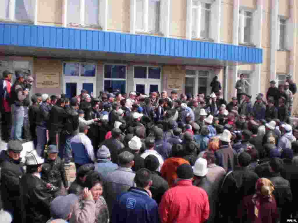 7 апреля 2010 года ситуация в некоторых регионах Кыргызстана накалилась. Митингующие в Нарыне захватили здание администрации.