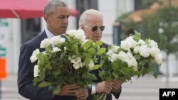 Presidenti amerikan, Barack Obama dhe zëvendësi i tij, Joe Biden vendosin lule te vendi ku krye sulmi më 11 qershor
