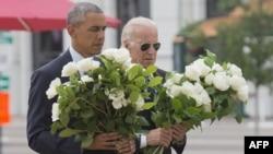 اوباما و بایدن، معاون او، ۴۹ شاخه گل رز سفید را به یاد ۴۹ قربانی کشتار اورلاندو در محل یادبود آنها قرار دادند