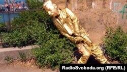 Памятник Сталину в Одессе, который был поставлен недавно и снесен, 7 мая 2012 года.