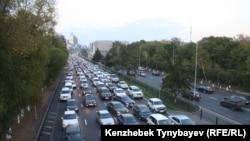 Автомобильная пробка на проспекте аль-Фараби в Алматы. Сентябрь 2014 года. Иллюстративное фото.