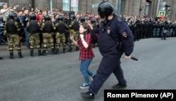 Поліцейський затримує дівчину-підлітка під час акції протесту в російському Петербурзі, 9 вересня 2018 року