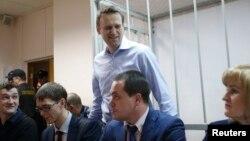Олексій Навальний (у центрі) в суді Москви, 19 грудня 2014 року