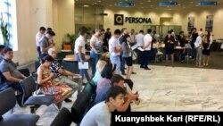 Клиенты в очереди после присоединения Казкоммерцбанка к Народному банку Казахстана. Алматы, 30 июля 2018 года.