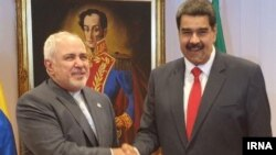 وزیر خارجه ایران (چپ) در دیدار با نیکلاس مادرو که مشروعیت حکومتش زیر سوال رفته است.