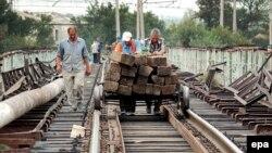 Без решения политических вопросов рассматривать экономическую целесообразность открытия железной дороги не имеет никакого смысла, какие бы транзитные выгоды не сулил Грузии этот процесс