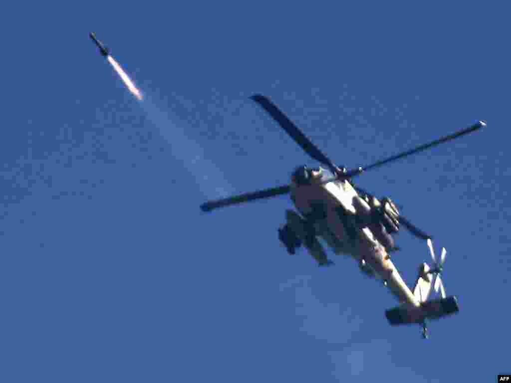 هلیکوپتر اسرائیلی موشکی را در شمال نوار غزه شلیک می کند.