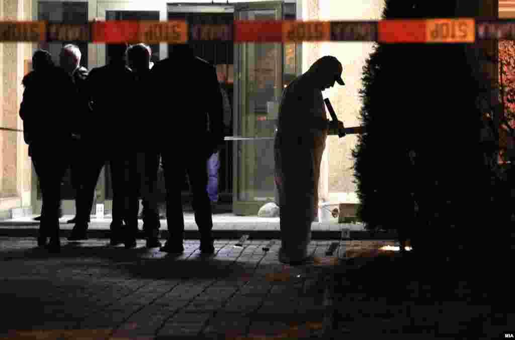 МАКЕДОНИЈА - Во Дебар смртно биле застрелани маж, неговата сопруга и нивната малолетна ќерка. Полициската станица од општа надлежност во Дебар за настанот добила дојава од граѓанин, по што била известена Општата болница. Екипа на итната медицинска помош веднаш пристигнала, но за жал лекарот само констатирал смрт.