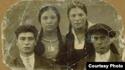 Джевар Нурсеитова (слева), ее двоюродная сестра Музделифе, двоюродные братья Кефиль (слева) и Шевкет. Маяк-Салынский район Крымской АССР, середина 1930-х годов