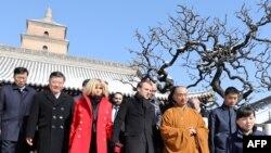 Макрон с супругой во время посещения буддистского храма в Сиане