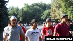 Аянттагы айт намазынан кийинки жаштар. Бишкек, 10-сентябрь, 2010-жыл.