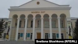 У здания военного суда в Астане.