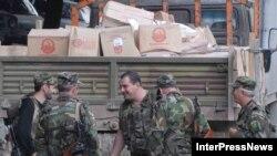 Продолжая операцию по изъятию оружия в Кодорском ущелье, грузинские власти попутно организуют и доставку гуманитарной помощи местному населению