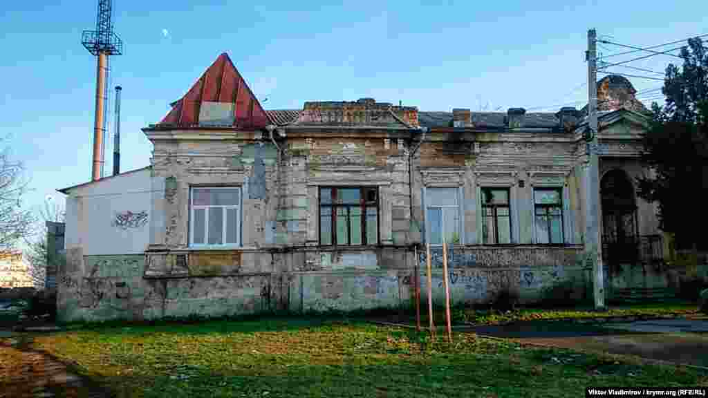 У цій частині вулиця Леніна перетинається з вулицею Студентською. Тут же вона і закінчується. Ще одна стара будівля з непривабливим фасадом. За даними краєзнавців, у 1904 році будівлю побудував бухгалтер міської управи Василь Макурін. В одній половині будинку він жив із сім'єю, а в інший влаштував курси з підготовки бухгалтерів. У 1920 році в будинку розташовувалися штаб Червоної Армії та кімнати Михайла Фрунзе, а під час Другої світової війни жили фашистські офіцери-гестапівці. Ліворуч за будівлею залишилася труба «Паромукомольного млина Граната», що не зберігся. Це найвища топографічна точка Сімферополя
