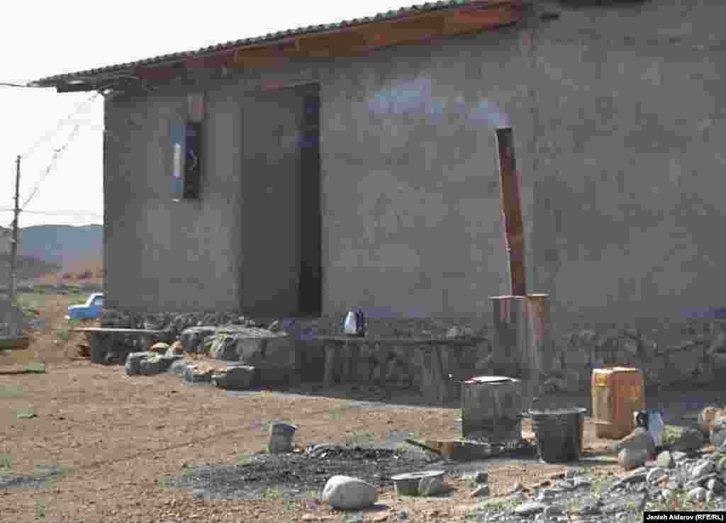 В таких бытовых условиях живут многие шахтеры Баткена.