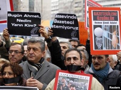 Թուրքիա -- Բողոքի ակցիա դատարանի շենքի առջեւ, մինչ շարունակվում են Շեների եւ Շիքի գործով լսումները, Անկարա, 6-ը մարտի, 2011թ.
