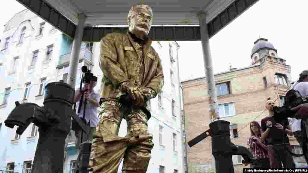 На Подолі у Києві активісти партії «Братство» поставили пам'ятник Йосипові Сталіну.