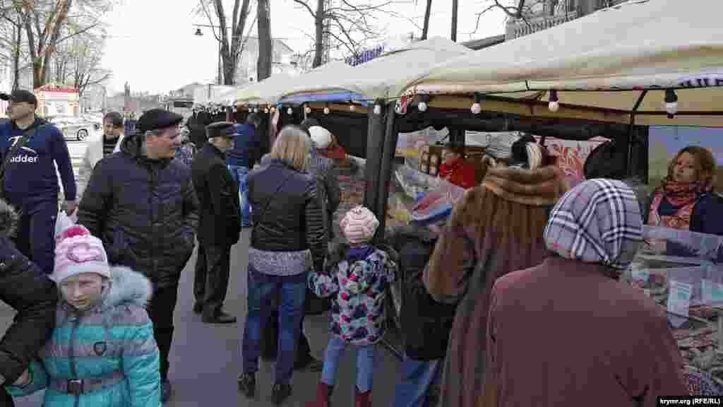 Где много народа – так это на ярмарке по улице Горького, оставшейся от той же Масленицы
