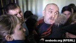 Цісканіна перад судом, бацька Атрошчанкава (справа) спрабуе вырашыць праблему.