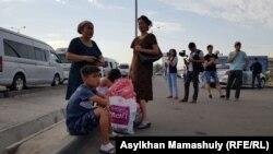 Жители города Арысь Туркестанской области, эвакуированные после пожара и взрывов боеприпасов в хранилище, перед отправкой домой. Шымкент, 28 июня 2019 года.