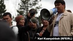 """Сабетбай Тазабеков, член партии ОСДП, выступает на """"Митинге Несогласных"""" в Алматы. 28 апреля, 2012 года."""