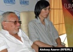 Члены отборочной комиссии кинофестиваля «Евразия» Дамир Манабай (слева) и Нариман Туребай. Алматы, 15 августа 2012 года.