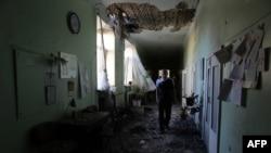 Мужчина в разрушенной больнице в Донецке. Июль 2015 года
