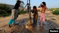 Disa fëmijë duke pirë ujë në Islamabad, Pakistan