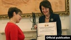 Presidentja Atifete Jahjaga dekoron me Urdhrin e Paqes, ambasadoren Tracey Ann Jacobson